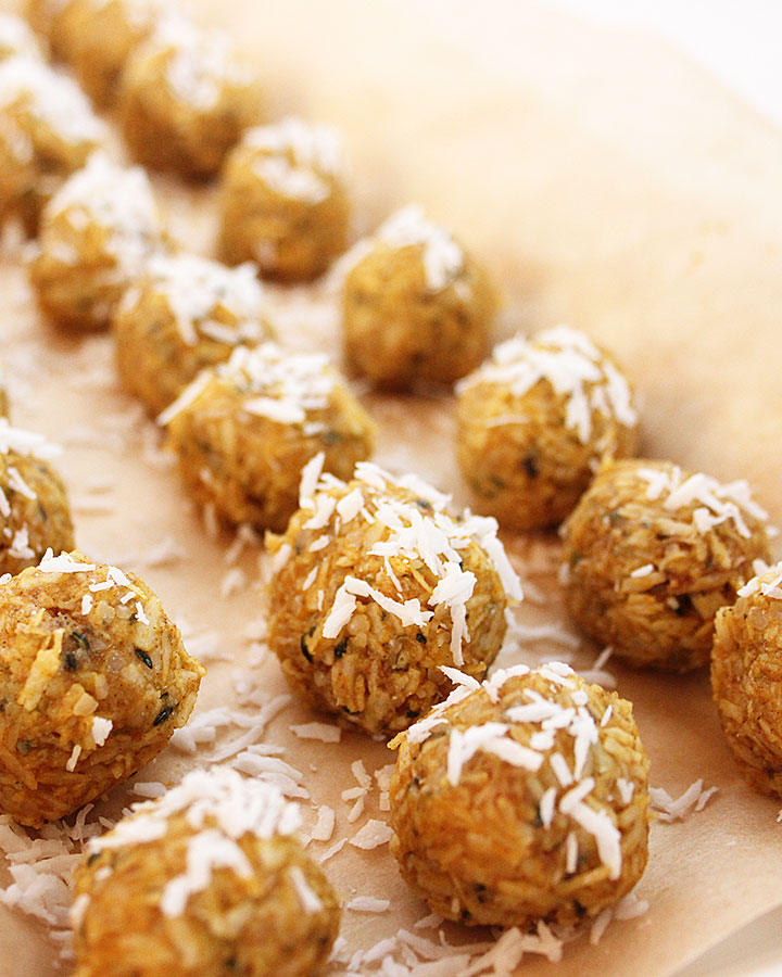 Quick 8-ingredient, no bake, vegan, Raw Pumpkin Macaroons. Simply mix, roll, and freeze! Perfect treat to make if you're in a pinch for time. Chantal   freshisreal.com