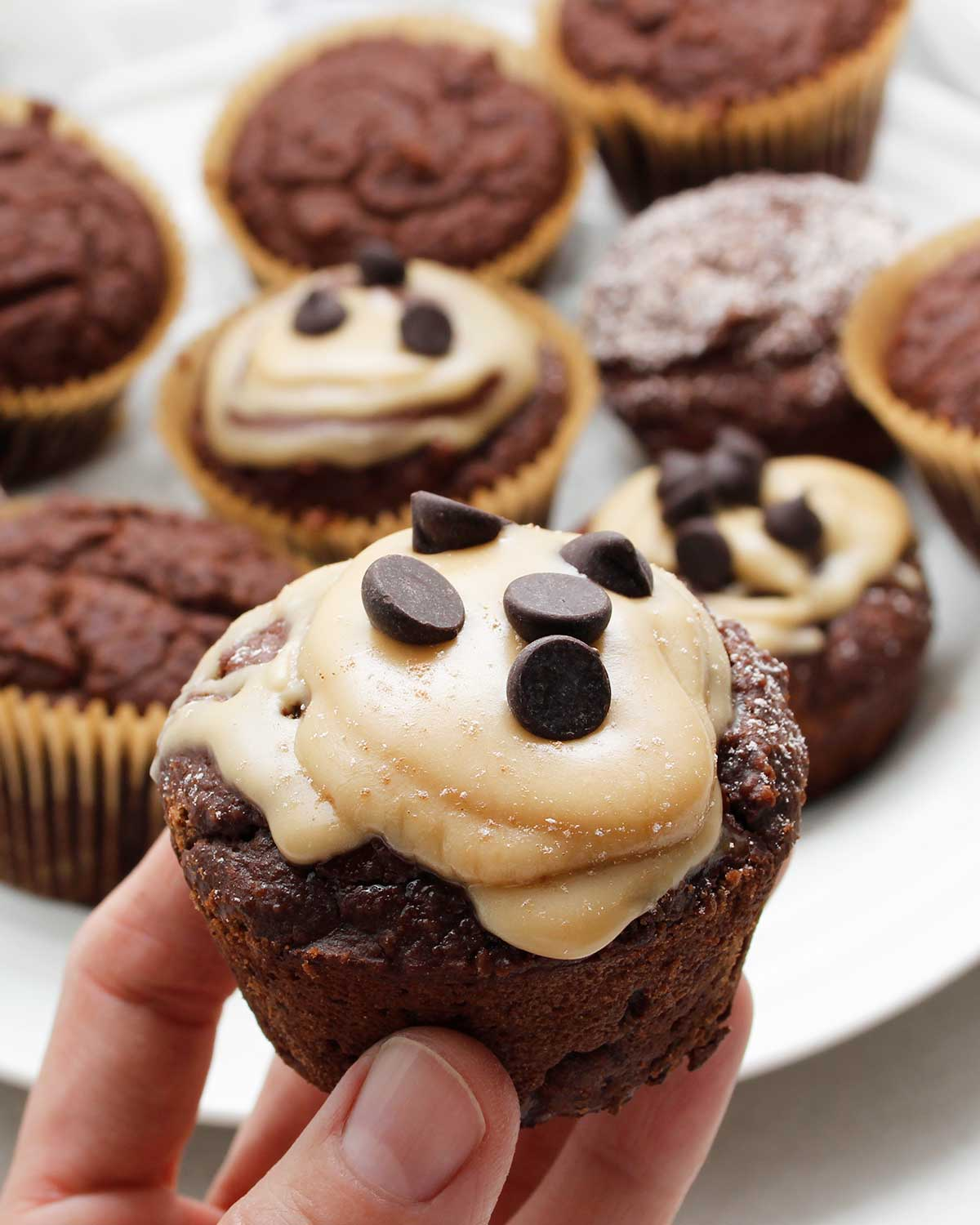 Cupcake decorated with maple cream and dark chocolate chips.